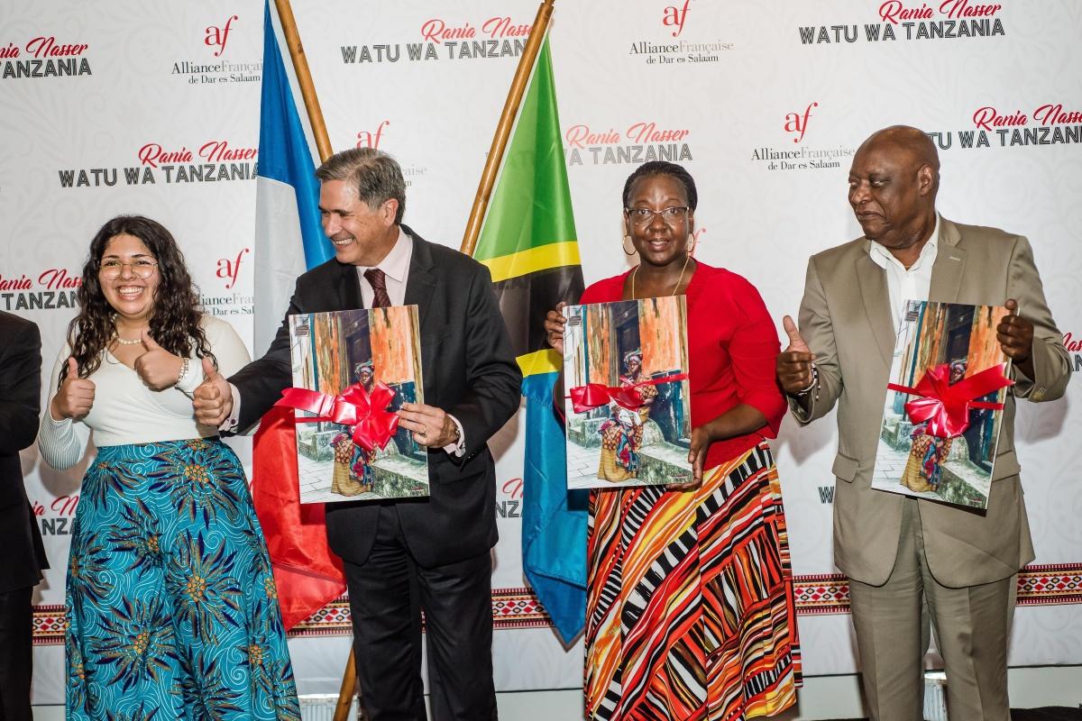 Rania donates her photographs to Tanzania tourist board